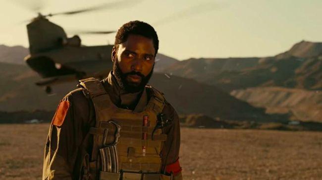 Review film Tenet menilai premis film ini di luar nalar, menggabungkan kisah ala James Bond dengan perjalanan bolak-balik waktu yang rumit.