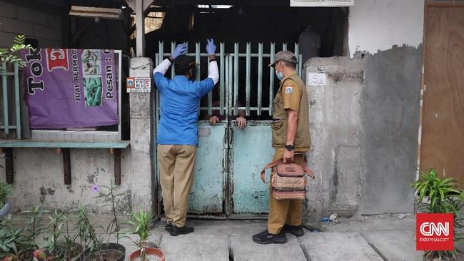 Petugas Suku Dinas KPKP DKI Jakarta melaksanakan vaksin rabies untuk hewan peliharaan di lingkungan pemukiman Rusun Tanah Tinggi, Kecamatan Johar Baru.