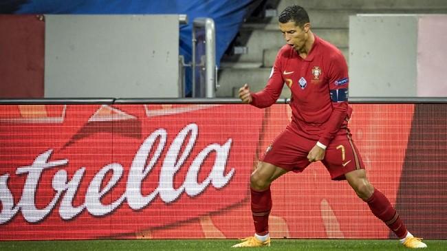 Cristiano Ronaldo berhasil menembus catatan 100 gol untuk timnas Portugal. Berikut foto-foto aksi Ronaldo dalam laga lawan Swedia.