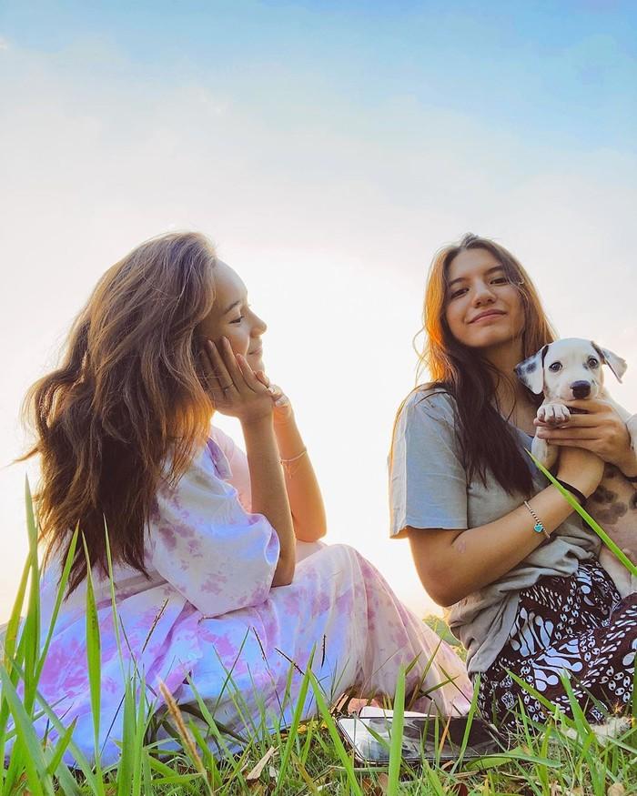 Sementara dalam akun instagram Cassandra Lee, gadis berdarah blasteran ini beberapa waktu lalu mengunggah potret kebersamaannya dengan Beby Tsabina dan anjing peliharaannya disertai caption