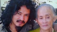 <p>Foto Limbad dan mendiang orang tuanya. Limbad terlihat sangat menyayangi ibunya. (Foto: Instagram @limbadindonesia)</p>