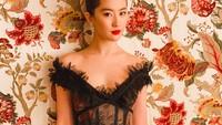 <p>Potret Liu dengan tatapan tajam dan dalam balutan dress hitam ini memperlihatkan wanita yang juga mantan kekasih aktor Korea ini terlihat berkelas. (Foto: Instagram @yifei_cc)</p>