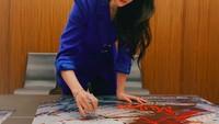 <p>Tak perlu make up tebal, Liu Yifei kerap tampil dengan riasan wajah yang sederhana, seperti saat menandatangani poster Film Mulan ini. (Foto: Instagram @yifei_cc)</p>