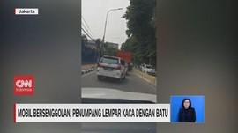 VIDEO: Mobil Bersenggolan, Penumpang Lempar Kaca dengan Batu