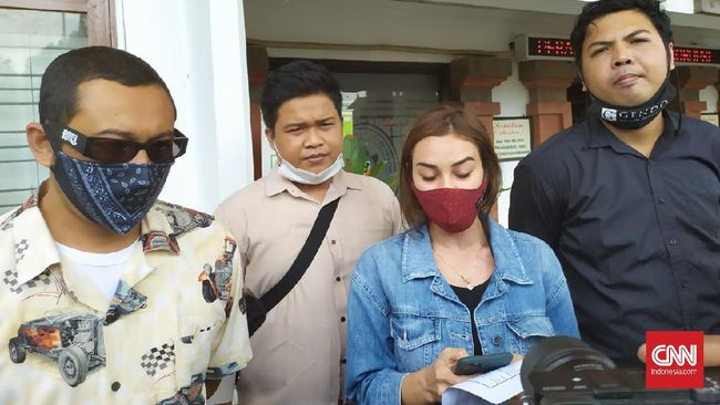 Istri musisi Jerinx SID, Nora Alexandra, membuat laporan ke Polda Bali terkait dugaan pencemaran nama baik di aplikasi WhatsApp.