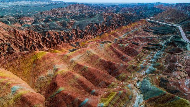 Banyak orang bilang, Danxia mirip dengan planet Mars karena permukaannya berbukit warna kemerah-merahan.