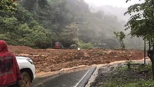 Jalur Padang-Bengkulu Putus Tertimbun Longsor