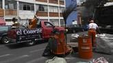 Sejumlah musisi jaz Meksiko mengamen di atas mobil van untuk menghibur para warga di kala pandemi Covid-19.