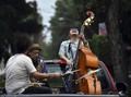 FOTO: Musisi Jazz Meksiko Mengamen di Jalanan Kala Pandemi