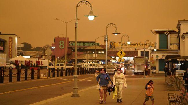 Asap kebakaran hutan yang terjadi di California memicu kualitas udara buruk hingga ke beberapa kota besar di AS.