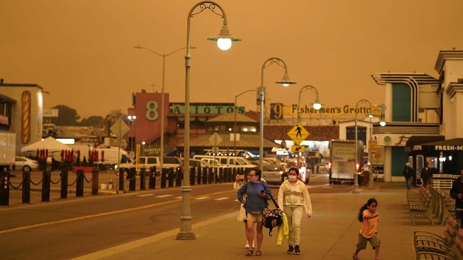 Kebakaran hutan besar-besaran yang terjadi di California memicu fenomena langit 'Mars' berwarna merah hingga oranye tua pada Rabu (9/9) pagi waktu setempat.