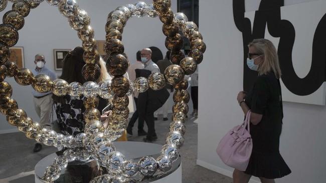 Paris Art Fair tetap digelar di Grand Palais selama masa pandemi Covid-19, pada Rabu (9/9).