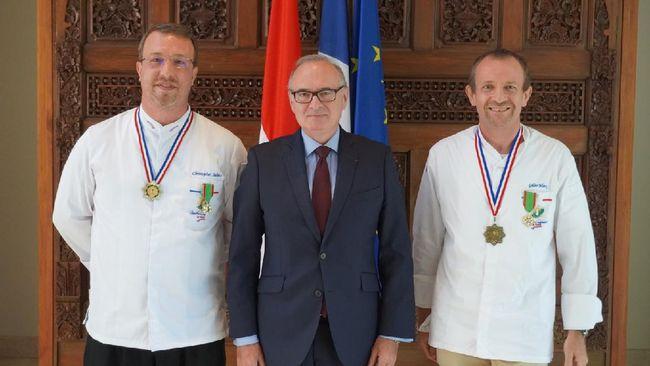 Salah satu chef asal Perancis yang berkiprah di Bali, Chris Salans menerima tanda jasa 'Chevalier dans l'Ordre du Mérite Agricole' dari pemerintah Prancis.