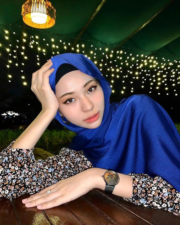 Influencer cantik Adira Salahudi asal negeri jiran Malaysia mencuri perhatian. Wanita cantik yang sudah berstatus ibu tersebut memiliki paras yang rupawan. Bahkan dirinya kerap dibilang mirip dengan aktris Korea Song Ji Hyo. Hal ini memang tidak mengherankan mengingat dirinya mempunyai darah keturunan Thailand-Arab. (Foto: instagram.com/adirasalahudi)