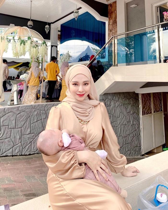 Saat ini, Adira Salahudi sendiri sudah berstatus sebagai seorang ibu. Dalam beberapa potret yang diunggah pada akun instagram pribadinya memperlihatkan dirinya bersama sang buah hati. Sosok keibuannya begitu terpancar jelas. Ia juga terlihat sangat menikmati perannya sebagai ibu muda. (Foto: instagram.com/adirasalahudi)