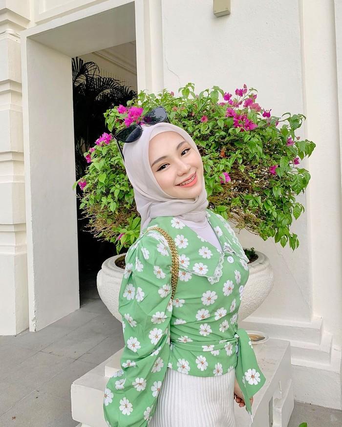 Meskipun sudah menjadi seorang istri sekaligus ibu satu orang anak, tidak semerta-merta membuat Adira mengesampingkan penampilannya. Lihat saja tampilan cantiknya di atas. Menggunakan atasan turtleneck yang dibalut dengan blouse motif bunga warna hijau, Adira terlihat sangat cantik dan menawan. (Foto: instagram.com/adirasalahudi)