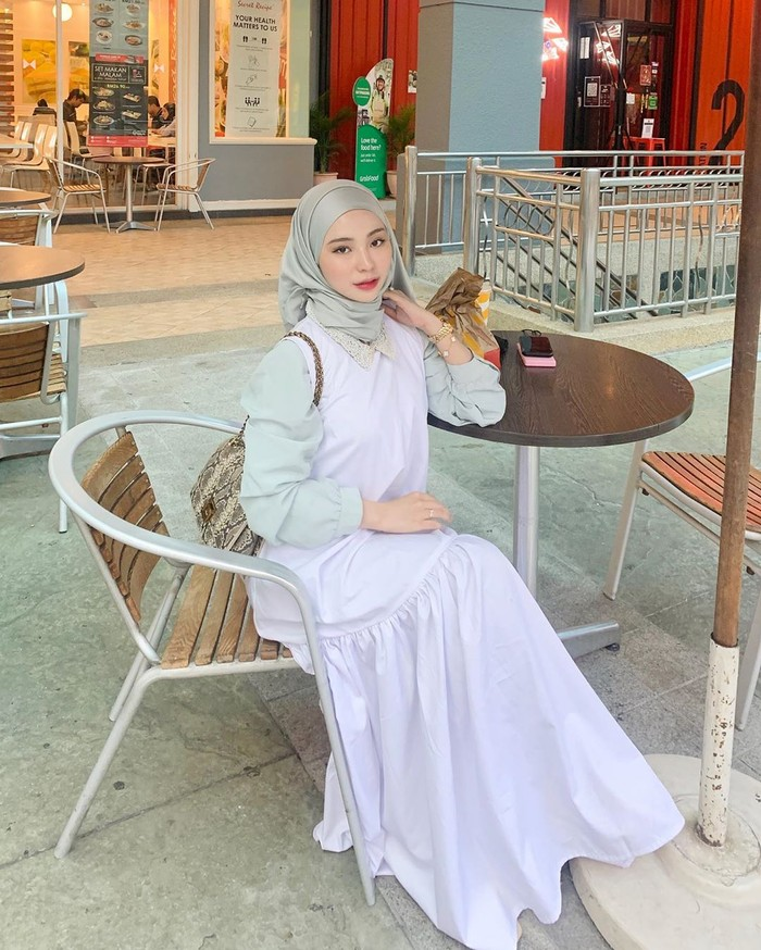 Parasnya cantik memang mencuri perhatin. Kali ini, dalam balutan dress panjang bernuansa warna grey dan hijab pashmina warna senada berhasil memberikan tampilan yang ciamik dan mengesankan dari seorang Adira. Apalagi ditambah dengan aksesori gelang yang super cute. (Foto: instagram.com/adirasalahudi)