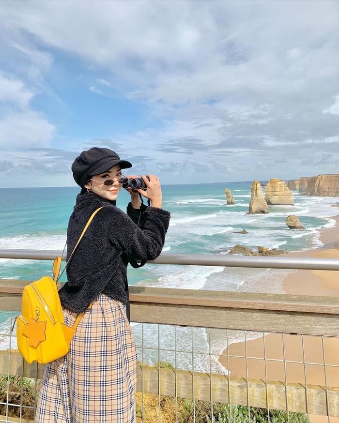 Traveling menjadi salah satu hobi Adira. Dengan style kecenya, Adira terlihat menikmati liburan dengan nuansa pantai yang menenangkan. Ia juga tidak mau melewatkan kesempatan untuk meneropong objek yang ada di lautan. (Foto: instagram.com/adirasalahudi)