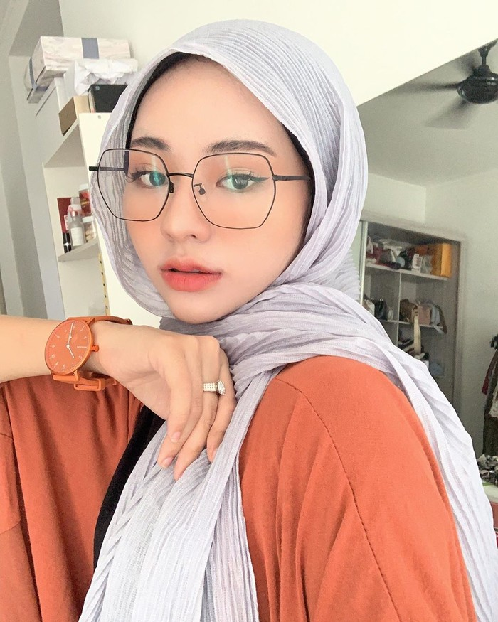 Pose wajah closeup dengan kacamata seperti ini membuat wajah cantik Adira terlihat begitu jelas. Sambil memakai aksesori berupa jam tangan, ia terlihat sangat kece. Apalagi posenya yang begitu ciamik bak seorang model. (Foto: instagram.com/adirasalahudi)