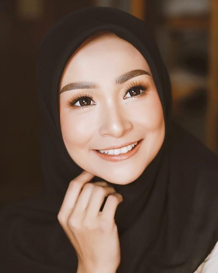 Punya wajah oriental, siapa sangka Soraya Larasati juga merupakan artis keturunan Batak. Wajah tegas dan senyum manis artis yang akrab disapa Laras ini miliki darah Batak dari ibunya, Marlina Lumban Tobing. (Foto: Instagram.com/sorayalarasat1)