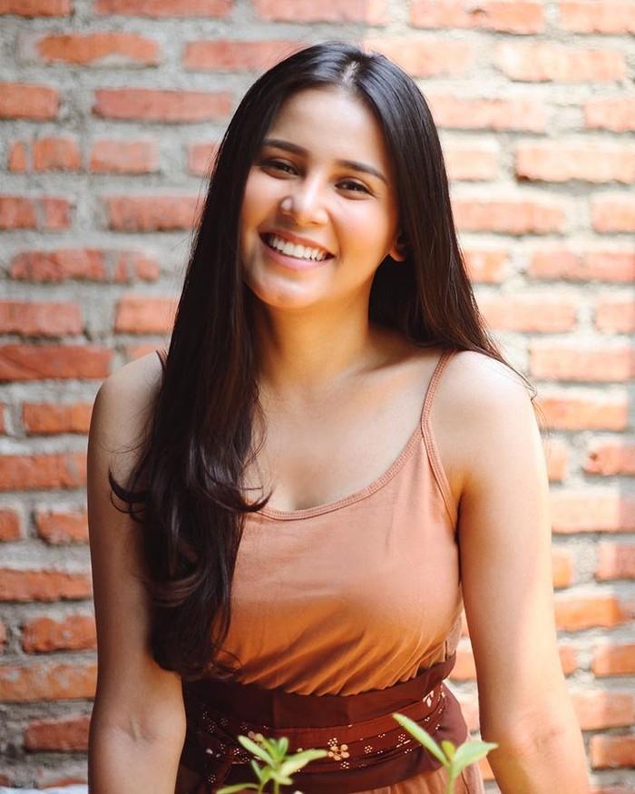 Punya senyum manis dan wajah yang tegas, Yunita merupakan salah satu artis keturunan Batak yang curi perhatian di dunia hiburan tanah air. Perempuan berdarah Batak ini sempat disangka berdarah blesteran karena wajahnya yang cantik dan seksi. (Foto: Instagram.com/yunitasiregar)