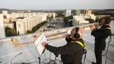 Sejumlah musikus di Prohlis, Dresden, Jerman, menggelar konser di atas atap bangunan, di tengah pandemi Covid-19.