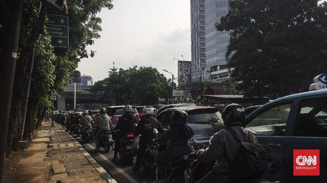 Jalanan Jakarta tetap ramai lancar dan kondisi udara Jakarta tetap buruk pada hari pertama PSBB lanjutan.