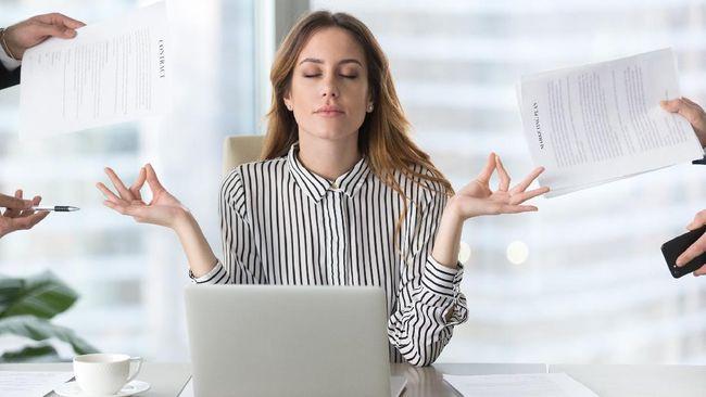 Overthinking bisa memicu perasaan cemas yang tak henti-henti. Atasi overthinking dengan beberapa cara meditasi berikut.