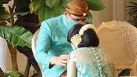 <p>Bagi Bunda yang belum tahu, mitoni adalah acara atau ritual tujuh bulanan kehamilan dalam adat Jawa.</p>