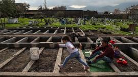 FOTO: Pilu Suami Kehilangan Istri karena Corona di Chile
