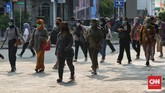 DKI Jakarta resmi menerapkan PSBB, Senin (14/9). Petugas gabungan TNI-Polri, Satpol PP, Dishub merazia sejumlah tempat untuk menegakan protokol kesehatan.