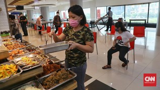 PSBB Hari II: Pasar Sepi, Warung Masih Layani Makan di Tempat