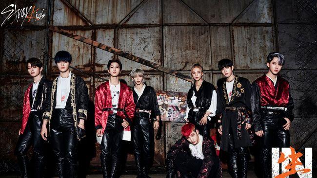Stray Kids resmi comeback dengan repackaged album IN生 (IN LIFE) serta video musik Back Door, di mana mereka mengajak para penggemar alias STAY untuk berpesta.
