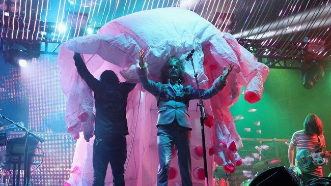 Di tengah pandemi Covid-19, The Flaming Lips tetap memamerkan lagu baru mereka yang bertajuk God and the Policeman dengan tampil dari dalam balon.
