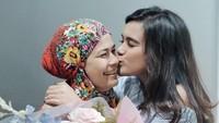 <p>Tak lupa wanita 25 tahun ini memberikan kecupan penuh cinta pada sang ibu. (Foto: Instagram @audimarissa)</p>