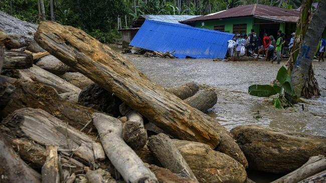 Banjir bandang menerjang Desa Rogo, Kecamatan Dolo Selatan, Kabupaten Sigi, Sulawesi Tengah, Senin (14/9) sore.