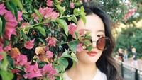 <p>Cantiknya Liu Yifei memang enggak pudar walaupun tertutup setengah tanaman seperti dalam foto ini he-he-he. (Foto: Instagram @yifei_cc)</p>
