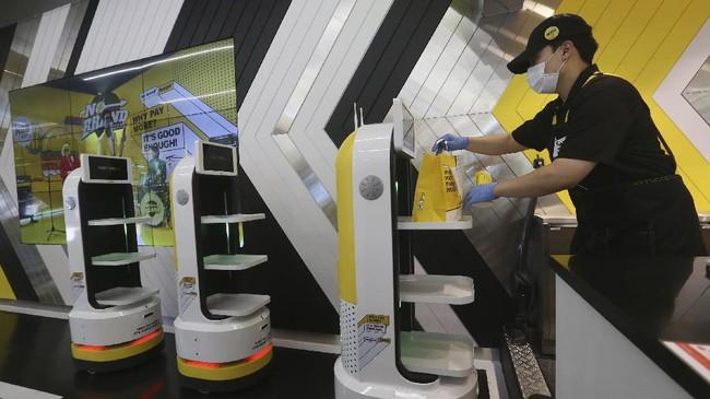 Sebuah toko burger di ibu kota Korea Selatan sedikit berbeda dari restoran cepat saji pada umumnya: Staf utamanya adalah robot.