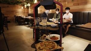 FOTO : Makan Enak Dilayani Robot Kapsul di Korea Selatan