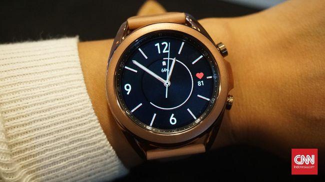 Review singkat Samsung Galaxy Watch 3 yang diklaim 15 persen lebih ringan, 14 persen lebih tipis, 8 persen lebih kecil dari versi terdahulu.