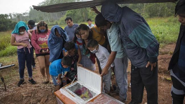 Penduduk di pedalaman hutan Amazon di Ucayali, Peru, menggunakan pengobatan tradisional warisan leluhur untuk menghadapi infeksi virus corona
