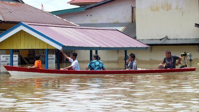 Sejumlah kabupaten dan kota di Kalimantan Selatan terendam banjir akibat hujan yang terus mengguyur wilayah itu. Ketinggian air mencapai 2 sampai 3 meter.