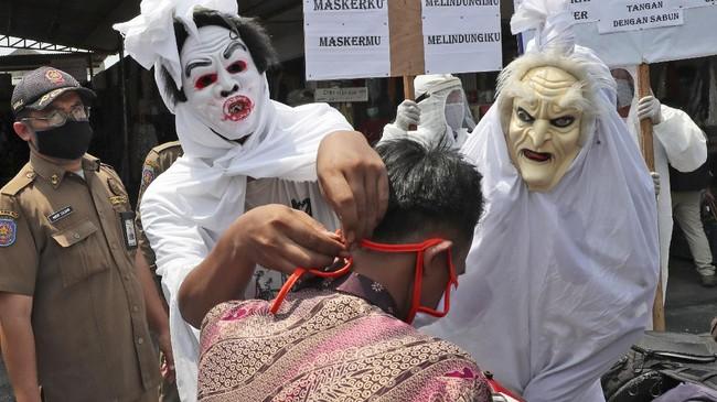 Kota Tangerang gencar menyosialisasikan pentingnya penggunaan masker di masa pandemi Covid-19, dengan cara menyebar orang-orang berkostum pocong.