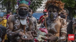 FOTO: Warga Papua Kembalikan Uang Beasiswa Veronica Koman