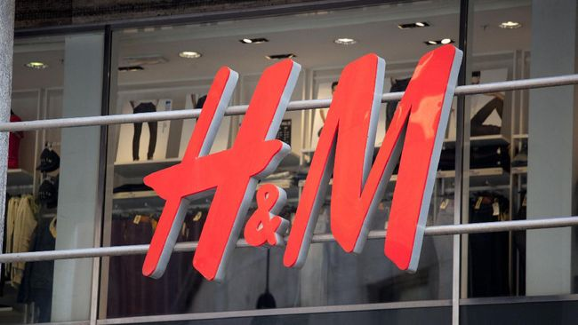 H&M akan menutup 250 gerai mereka di seluruh dunia. Itu dilakukan karena banyak pelanggan yang berbelanja online karena corona.