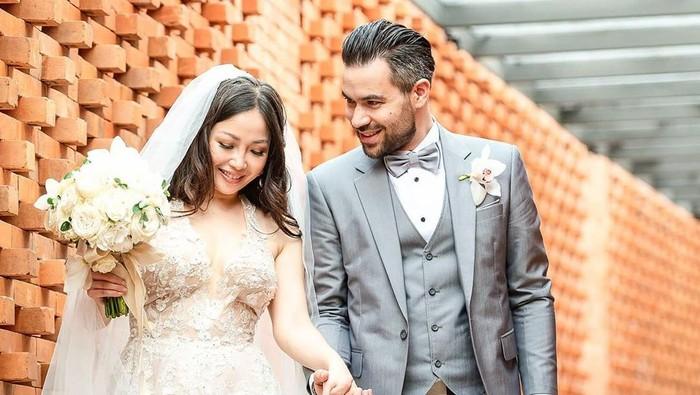 7 Potret Bahagia Pernikahan Chef Marinka dan Peter Lufting