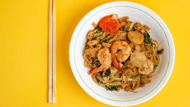 Tak lengkap kalau belum mencoba menu terkenal khas Tionghoa Medan, yakni mi sop dan kwetiau beras yang jadi favorit warga lokal sekaligus wisatawan.