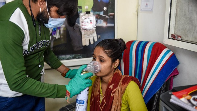 Sejumlah rumah sakit di India yang menangani pasien virus corona (Covid-19) mengalami kekurangan pasokan oksigen untuk membantu perawatan.