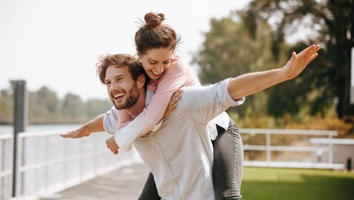 Jangan Disangkal! Ini 5 Tanda Kamu Jatuh Cinta dengan Sahabatmu