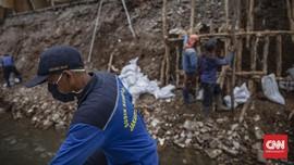 FOTO: Longsor di Jagakarsa, 5 Warung Makan Rusak